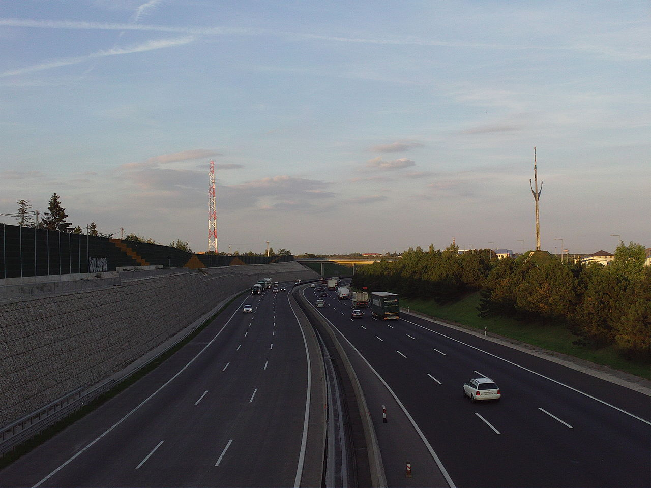 The_M0_highway_in_the_northern_part_of_Diósd_with_the_Országzászlo