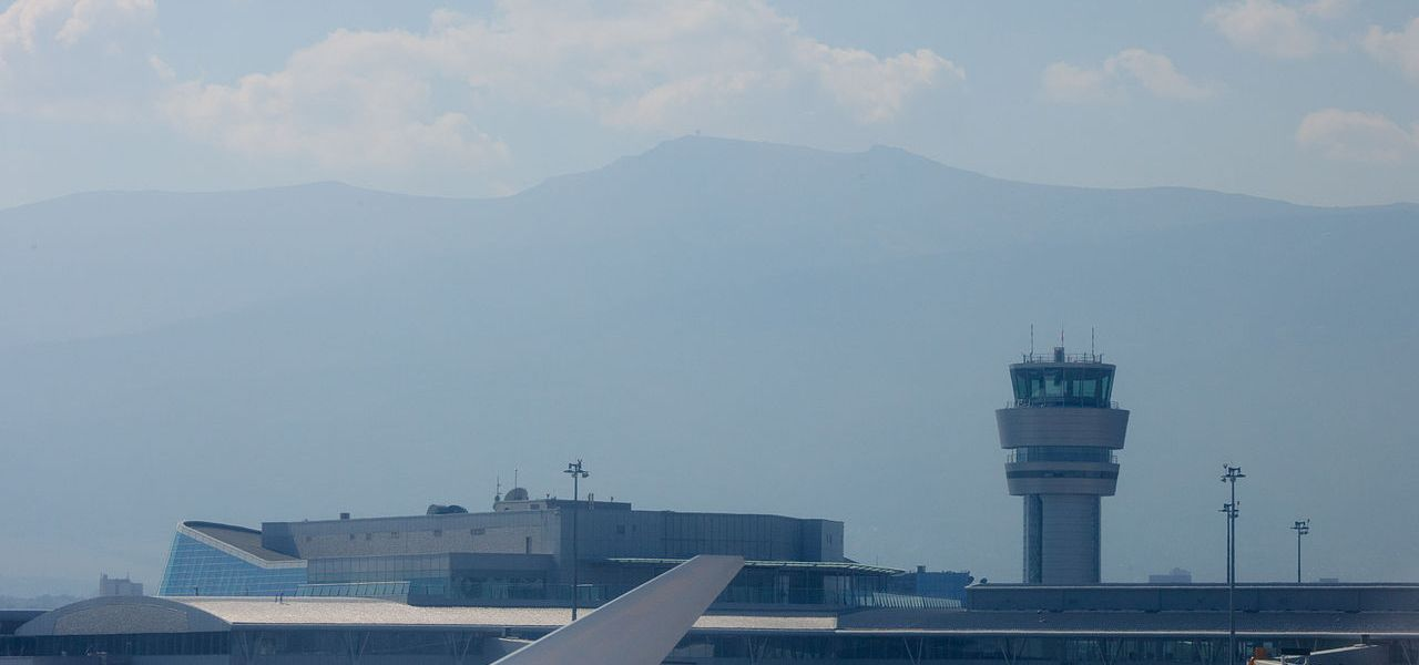 Airport_Sofia_LBSF_taxi_to_RWY_27_view_to_right_wing_2012_PD_16